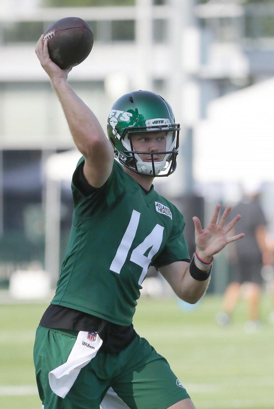 NY Jets quarterback Sam Darnold (14) throws from