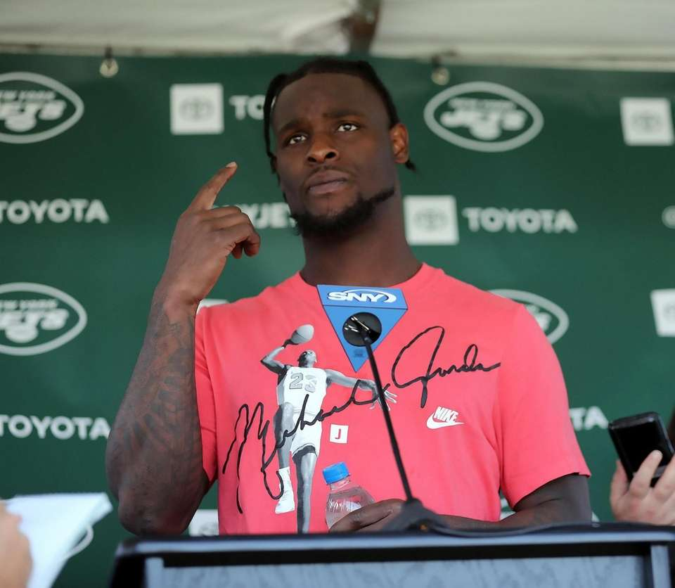 NY Jets running back Le'Veon Bell (26) speaks