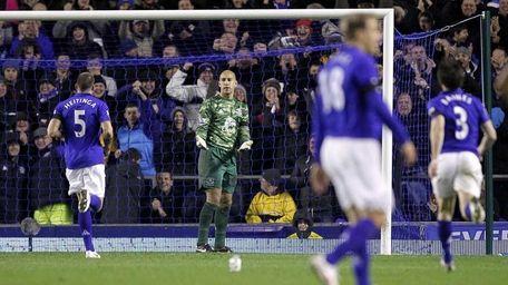 Everton players run to congratulate goalkeeper Tim Howard,