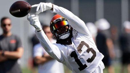 Cleveland Browns wide receiver Odell Beckham Jr. reaches