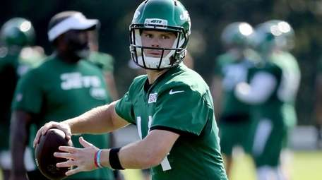 Jets starting quarterback Sam Darnold (14) works out