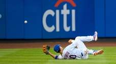Mets right fielder Michael Conforto (30) cannot make
