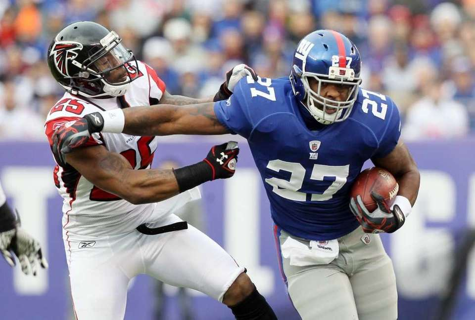 Brandon Jacobs of the New York Giants runs