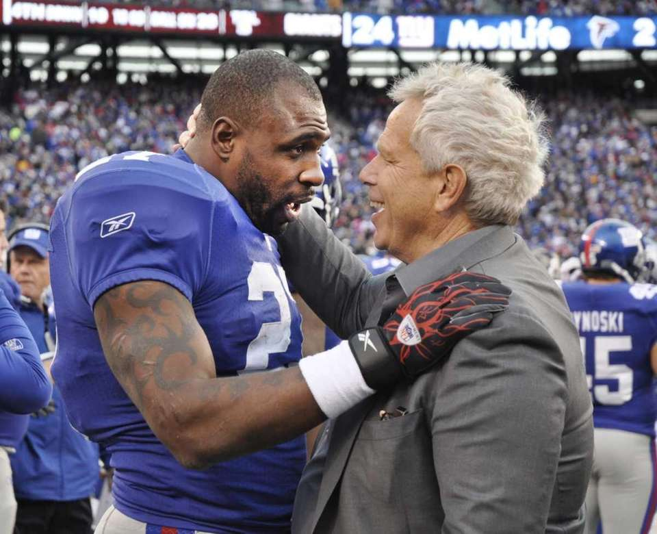 Brandon Jacobs and Giants co-owner Steve Tisch embrace