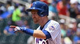 Mets third baseman Todd Frazier points to the