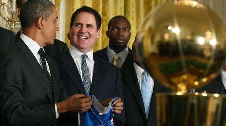 President Barack Obama (L), and owner Mark Cuban