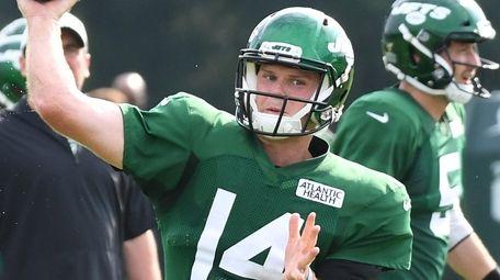 Jets quarterback Sam Darnold passes during training camp