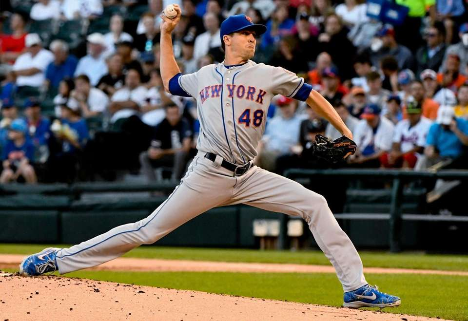 Mets starting pitcher Jacob deGrom delivers during the
