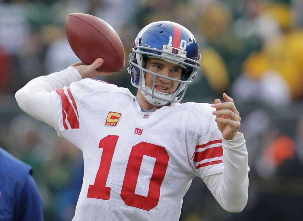 New York Giants quarterback Eli Manning warms up
