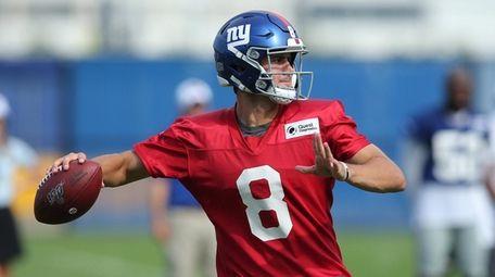 Giants quarterback Daniel Jones (8) throws a pass