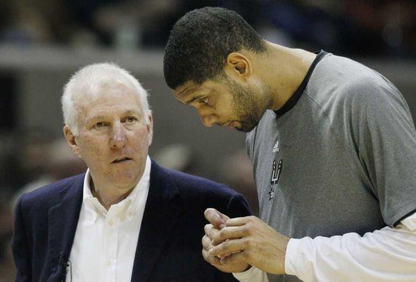 San Antonio Spurs head coach Gregg Popovich, left,