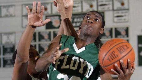 Floyd's Malik Dennis (20) beats the Brentwood defense