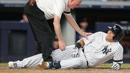 Gio Urshela talks to Yankees trainer Steve Donohue