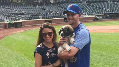 Mets' Jeff McNeil and his wife, Tatiana, pose