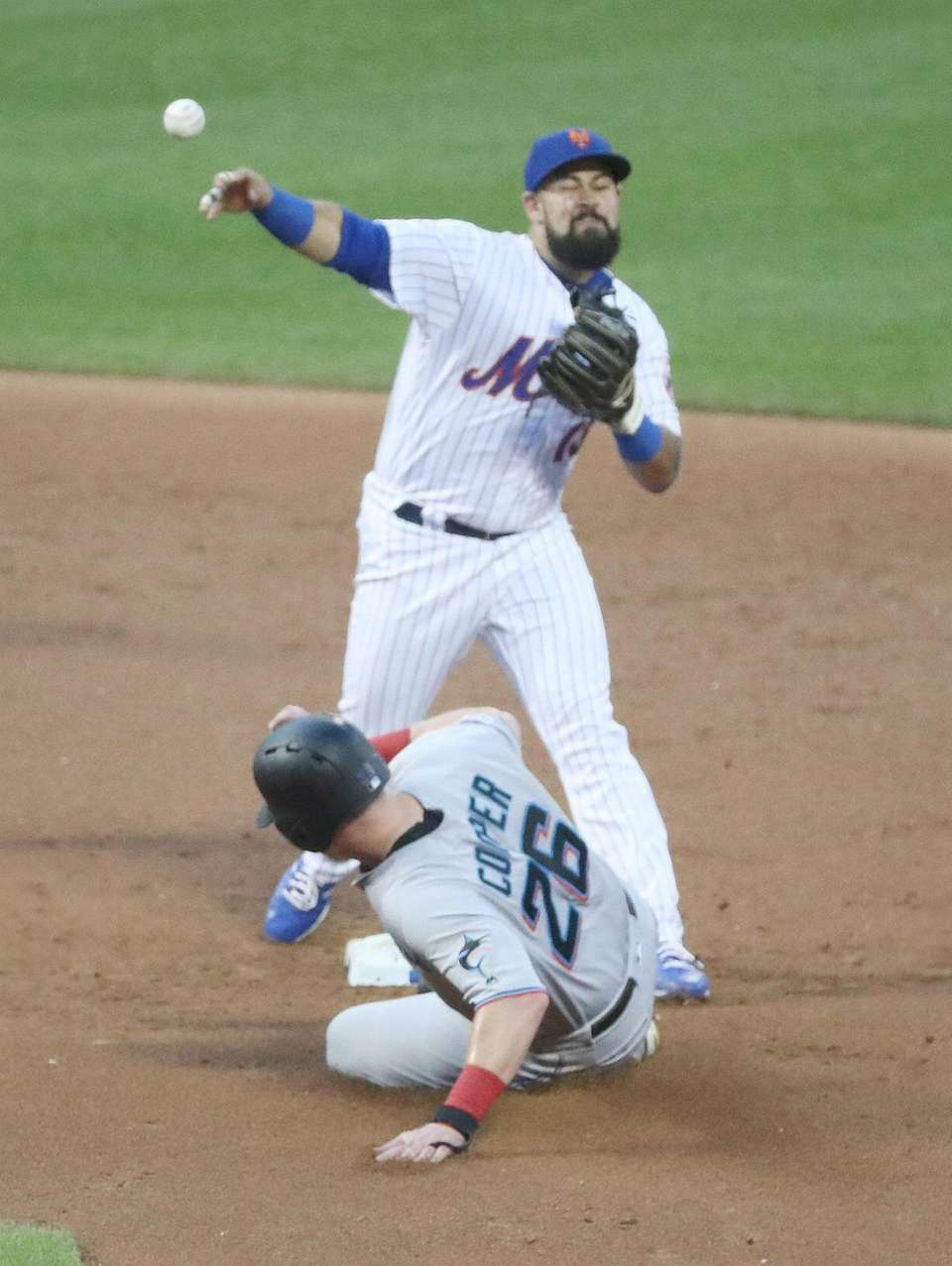 New York Mets shortstop Luis Guillorme (13) forces