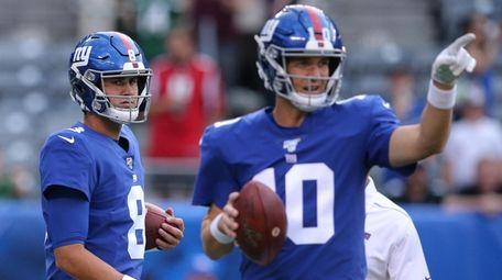 Giants quarterbacks Daniel Jones (8) and Eli Manning