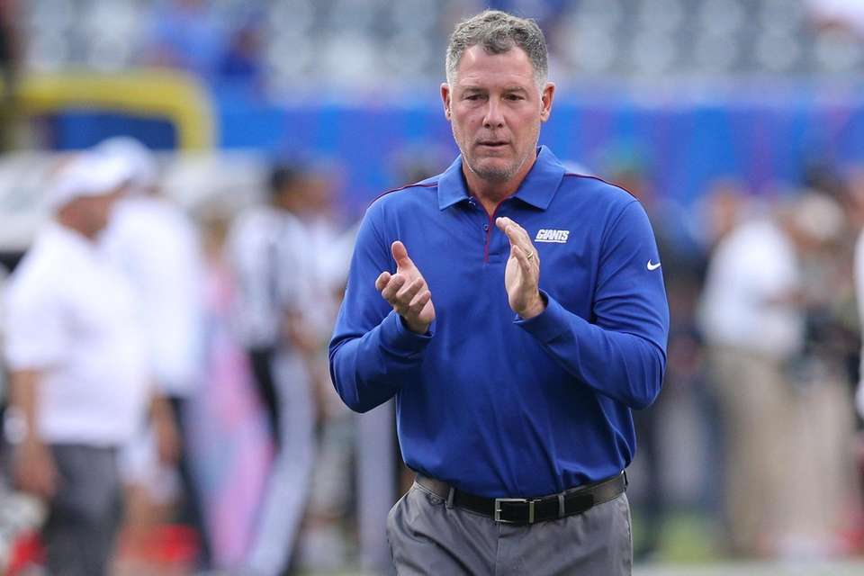 New York Giants head coach Pat Shurmur claps