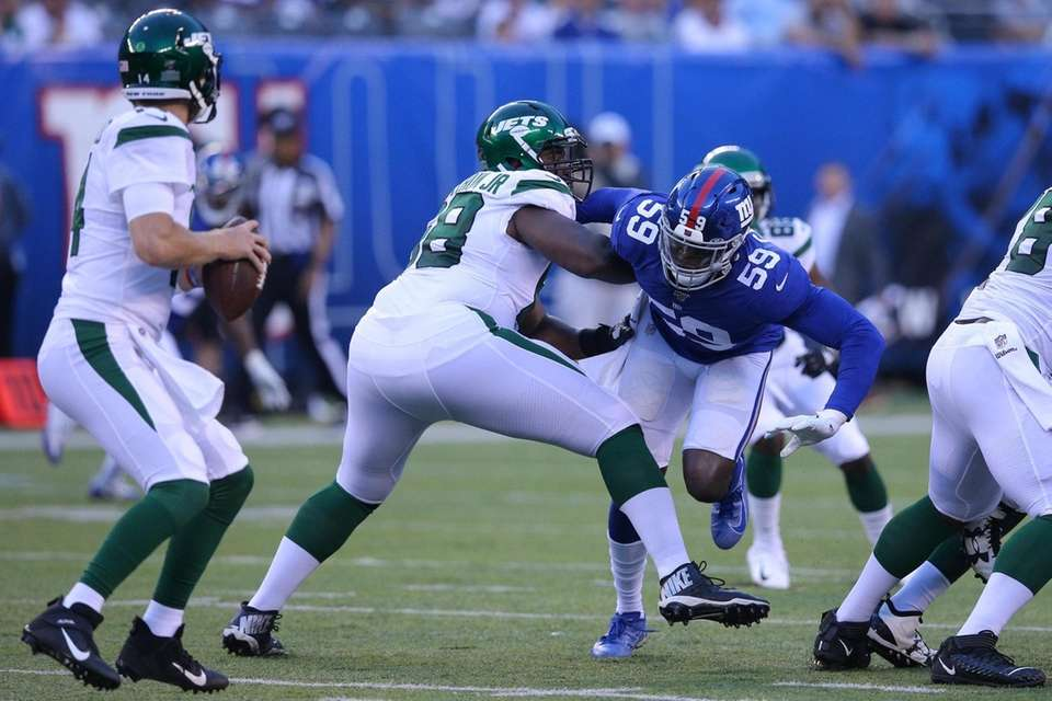 New York Giants linebacker Lorenzo Carter (59) rushes