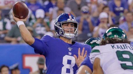 Giants quarterback Daniel Jones #8 completes his first