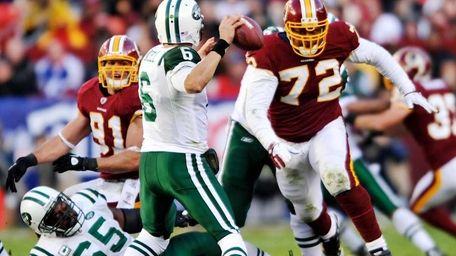 Washington Redskins linebacker Stephen Bowen (72) bears down