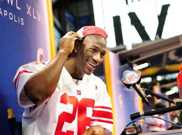 Giants defensive back Antrel Rolle speaks with the