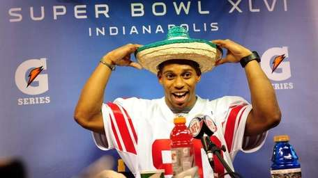 Giants receiver Victor Cruz dons a sombrero during