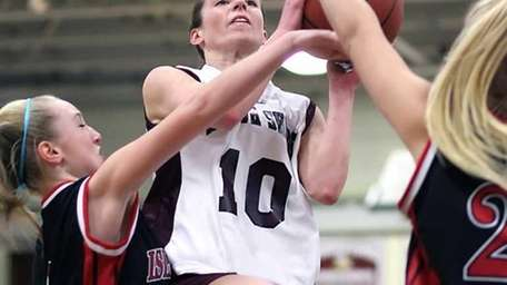 North Shore's Amanda Johansen splits between Brianna Wilson
