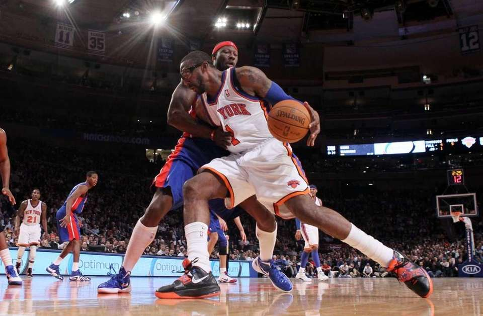 Amare Stoudemire drives to the basket against Ben