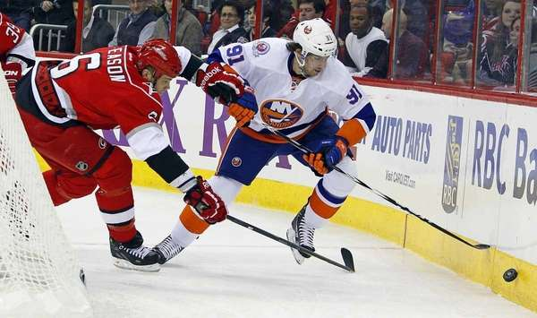Islanders' John Tavares (91) and Carolina Hurricanes' Tim