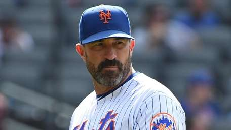 Mets manager Mickey Callaway returns to the dugout