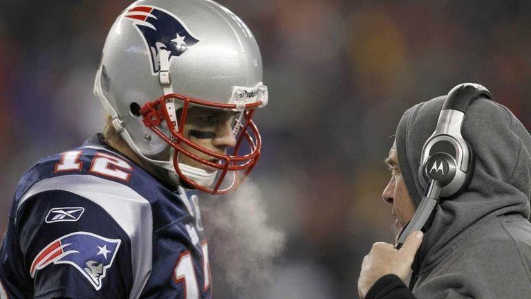 Patriots quarterback Tom Brady talks strategy with head
