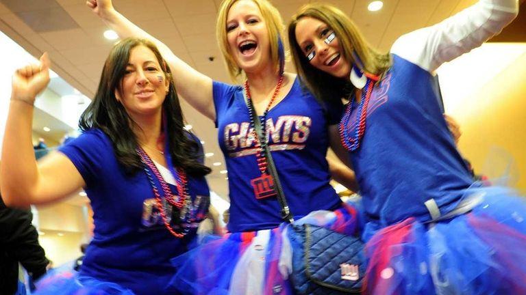 New York Giants fans Jennifer Cowell, Lauren Cowell,