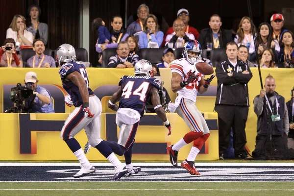Victor Cruz catches a two-yard touchdown pass from