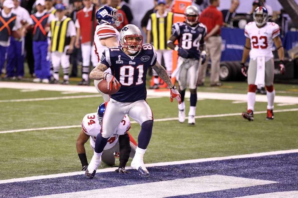 Aaron Hernandez of the New England Patriots catches