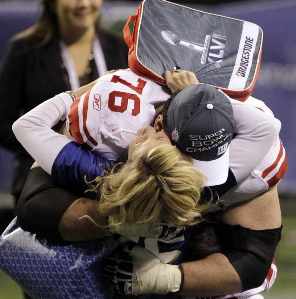 New York Giants guard Chris Snee hugs a