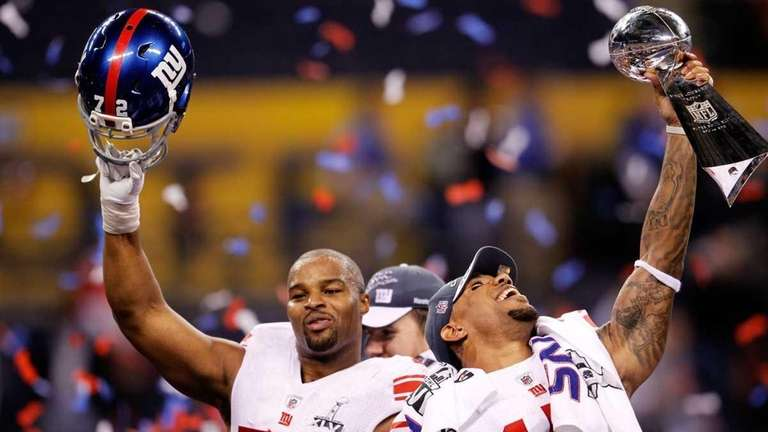 Osi Umenyiora, left, and Devin Thomas of the