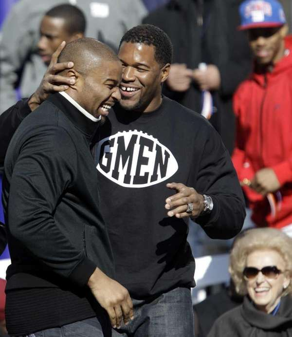 Former New York Giants player Michael Strahan, right,