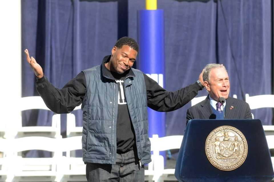 Michael Strahan jokes around with New York City
