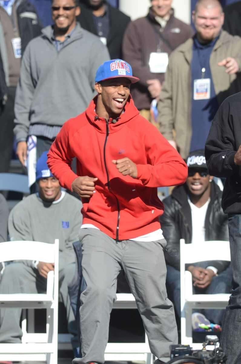 Victor Cruz does the salsa during the Giants