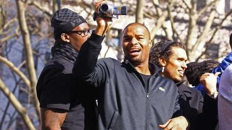 Osi Umenyiora of the New York Giants films