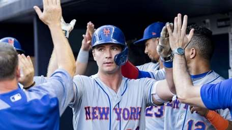 Pete Alonso #20 of the Mets high fives