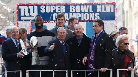 Mayor Michael Bloomberg, center, celebrates Giants Super Bowl