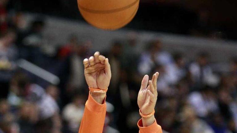 New York Knicks point guard Jeremy Lin shoots