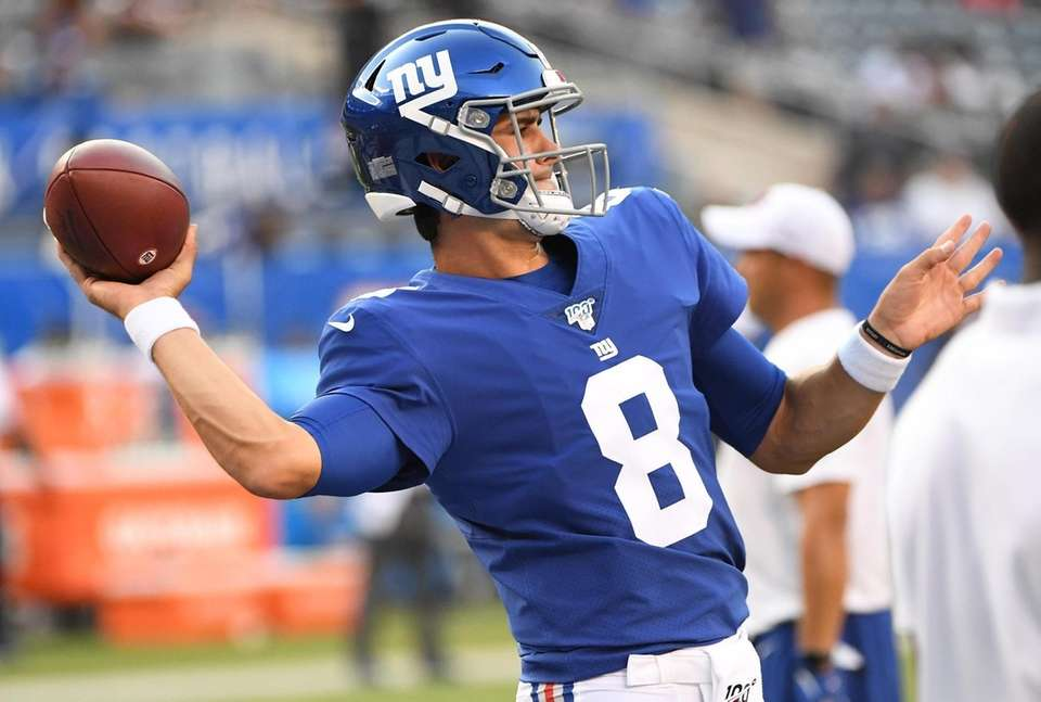 New York Giants quarterback Daniel Jones warms up