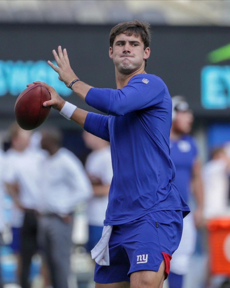 New York Giants quarterback Daniel Jones #8 drops