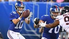 Giants quarterback Eli Manning takes the snap as