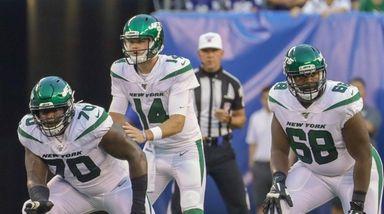 Jets quarterback Sam Darnold #14 calls the signals