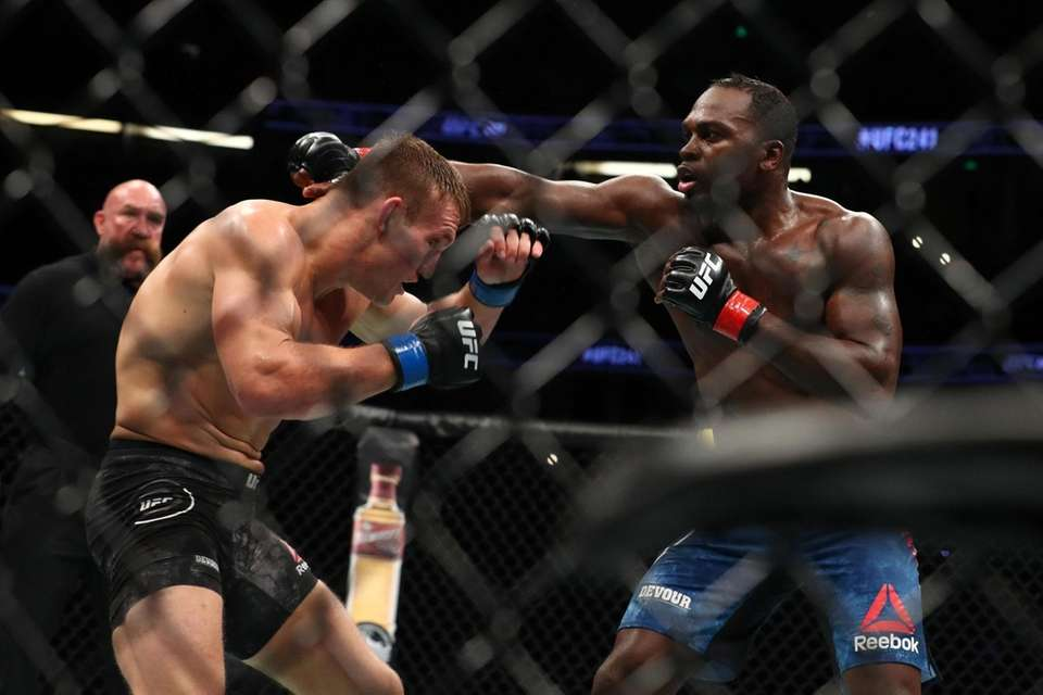 Derek Brunson punches Ian Heinisch in the third