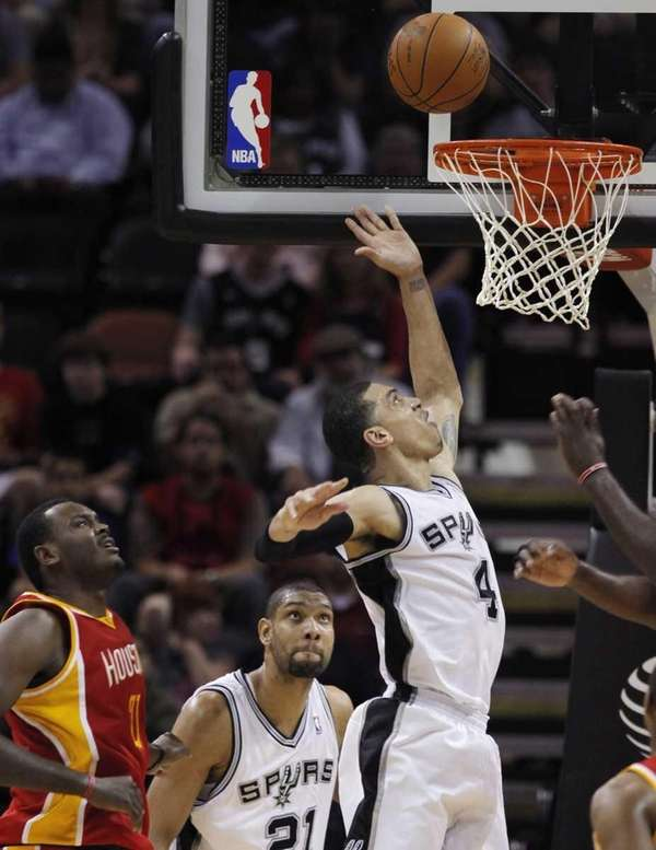 San Antonio Spurs' Danny Green, right, shoots a