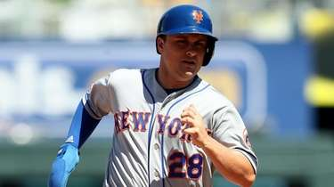 The Mets' J.D. Davis sprints toward third base